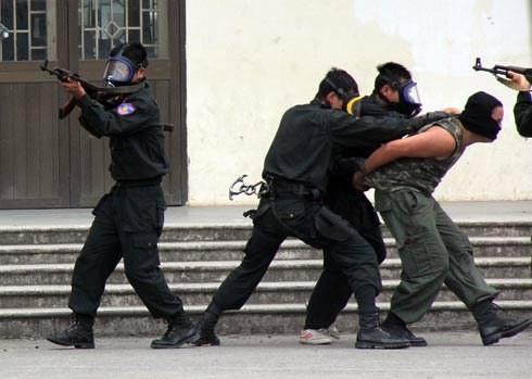 Lực lượng chức năng thành phố Hà Nội diễn tập giải cứu con tin. Ảnh: Thái Thịnh
