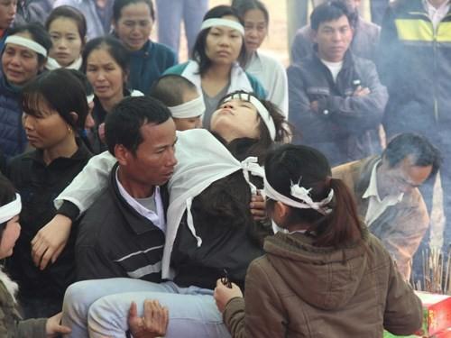 Trong đám tang của một nạn nhân - Ảnh: Phạm Đức - Phan Ngọc