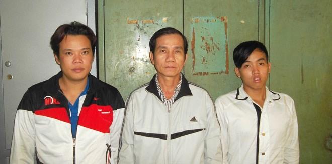 """""""Tú ông"""" Nguyễn Văn Hồng (Hùng """"xì gà"""", đứng giữa) cùng 2 đồng phạm bị bắt"""