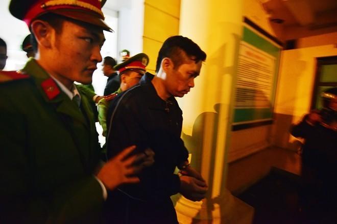 Bị cáo Tường được cảnh sát áp giải ra xe thùng sau phiên sơ thẩm. Ảnh: Lê Hiếu