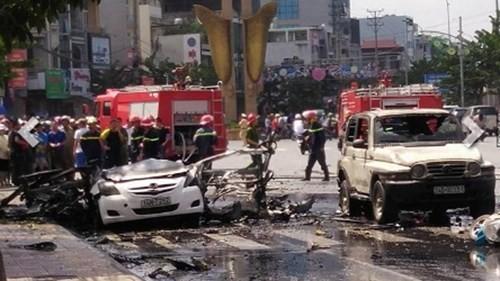 Sau tiếng nổ long trời lở đất, chiếc xe taxi bốc cháy ngùn ngụt