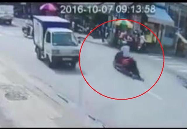 Hình ảnh tên cướp kéo lê nạn nhân trên đường (ảnh cắt từ clip)
