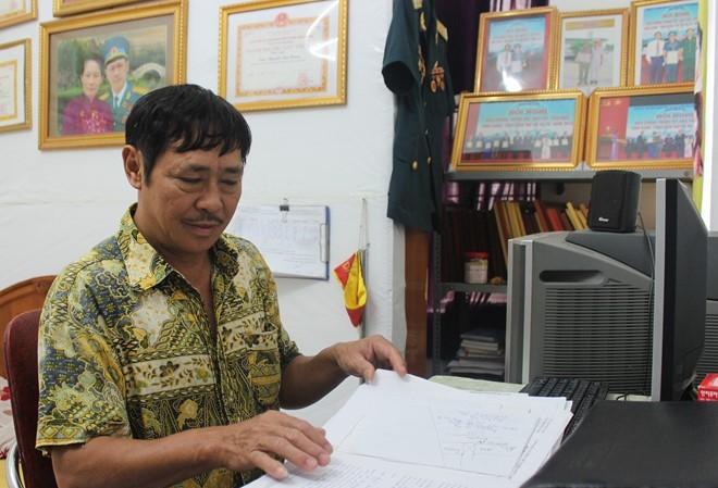 Căn phòng ngủ chừng 10 m2 cũng là nơi làm việc của người công dân Thủ đô ưu tú năm 2016. Ảnh: Hoàng Lam