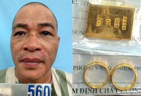 """Nghi can Tuấn bị nạn nhân bắt giữ cùng miếng vàng giả để bẫy """"con mồi"""". Ảnh: C.A"""