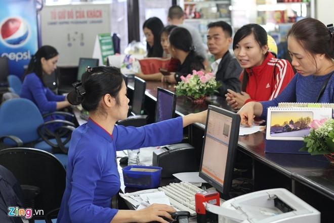 Người dân mua vé tàu tại ga Hà Nội