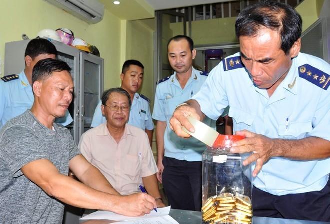 Rim Ri Linh (trái) ký vào biên bản bị bắt quả tang