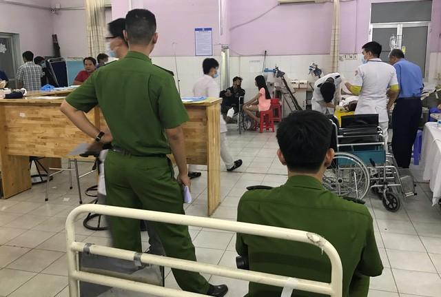 Anh Đức đang được các nhân viên y tế bệnh viện quận Thủ Đức tích cực cứu chữa