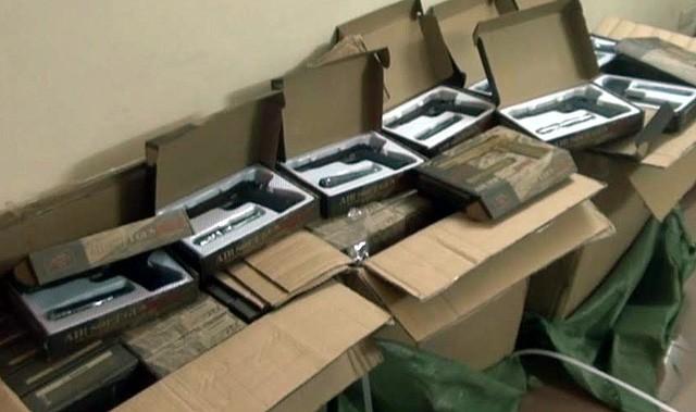 108 khẩu súng bắn đạn trong 3 thùng hàng không rõ nguồn gốc, xuất xứ