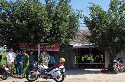 Cảnh sát khám nghiệm hiện trường quán cà phê có hai vợ chồng tử vong