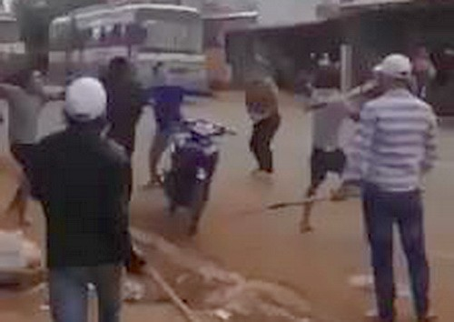 Hai nhóm cầm hung khí đánh nhau giữa đường. Ảnh cắt từ clip