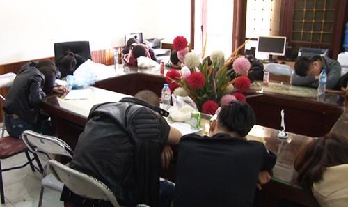 30 dân chơi bị cảnh sát tạm giữ. Ảnh: Thanh Tuấn