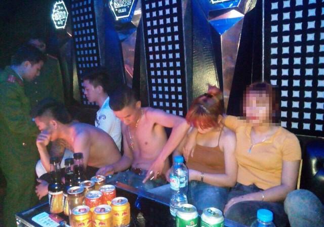 Công an huyện Duy Tiên kiểm tra phòng hát tại quán Karaoke. Ảnh: Công an Hà Nam