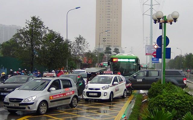 Cơn mưa kéo dài sáng nay khiến nhiều tuyến đường xe buýt nhanh đi qua bị ùn tắc cục bộ