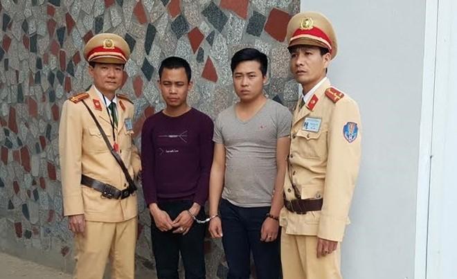 Tổ công tác đã tiến hành truy đuổi, bắt giữ 2 đối tượng cùng phương tiện về Công an tỉnh Lào Cai giải quyết. Ảnh: Công an Nhân dân