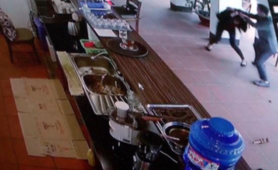 Hình ảnh camera ở quán cà phê ghi cảnh người đàn ông hành hung nữ nhân viên