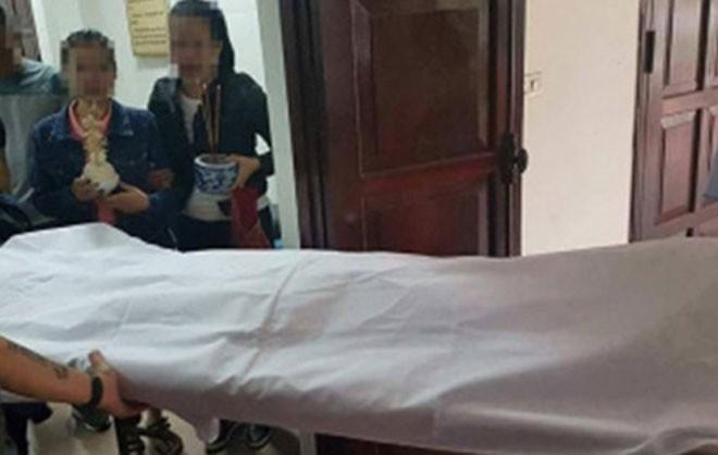 Người thân đưa thi thể nạn nhân về mai táng