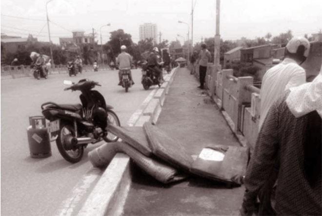 Nghi án kẻ gian trộm xe máy của một phụ nữ nhảy cầu tự tử - ảnh 1