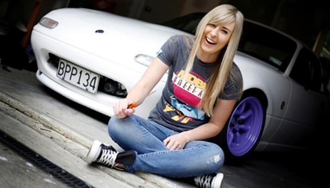 Taryn Croucher sống ở Auckland, New Zealand. Năm nay 26 tuổi, người đẹp được biết đến từ cách đây khoảng 4 năm, khi bắt đầu viết blog về niềm đam mê xe cộ.
