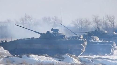 Xe chiến đấu bộ binh BMP-2 đang nã đạn trong cuộc tập trận.