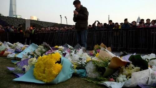 Một người đàn ông đang cầu khấn cho những người thiệt mạng trong vụ hỗn loạn ở Thượng Hải. Ảnh: AP.