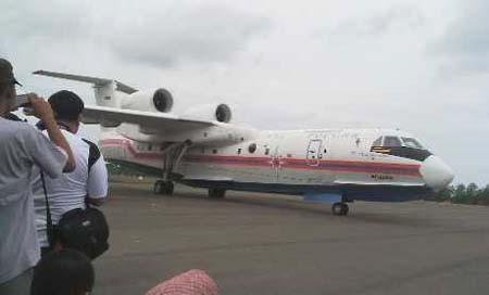 Chiếc Beriev Be-200 chuyên tìm kiếm cứu nạn của Nga đã tới Indonesia.