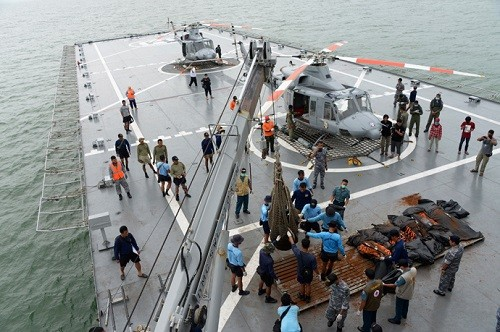 Hải quân Indonesia trục vớt các thi thể nạn nhân thiệt mạng và đưa lên tàu KRI Banda Aceh. Tổng số nạn nhân trên chuyến vay QZ8501 được tìm thấy tính đến hôm nay là 30 người. Ảnh: Reuters.