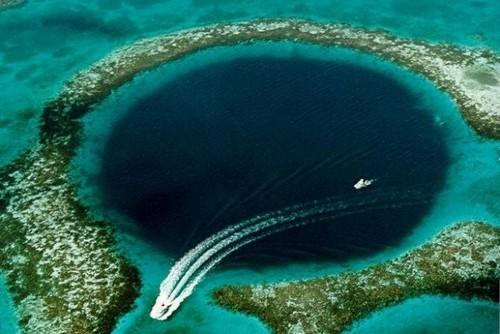 Hố xanh khổng lồ trên biển Belize, vùng Trung Mỹ. Ảnh: US Geological Survey USGS.