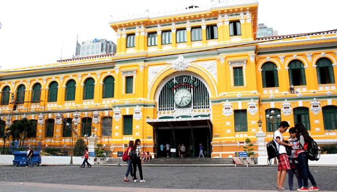 Tòa nhà Bưu điện thành phố tọa lạc tại số 2 Công xã Paris (phường Bến Nghé, quận 1). Hiện, mặt tiền của tòa nhà đã được sơn xong với màu vàng chủ đạo. Đây cũng là màu gốc của tòa nhà và là màu của ngành bưu chính.