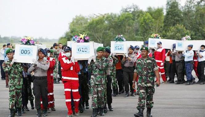 Thi thể các nạn nhân được đưa lên máy bay quân sự để chở về Surabaya, nơi chiếc máy bay gặp nạn khởi hành. Ảnh: Reuters.