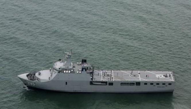 Tàu của hải quân Indonesia tham gia chiến dịch tìm kiếm máy bay QZ8501 tại biển Java ngày 3/1/2015. Ảnh: THX/ TTXVN.