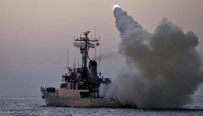Tàu hộ tống lớp Bayandor của Hải quân Iran đang phóng tên lửa hành trình chống tàu tầm xa Noor.