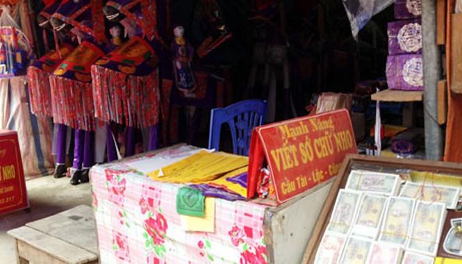 Dịch vụ đổi tiền lẻ ở đền ông Hoàng Bẩy (Lào Cai).
