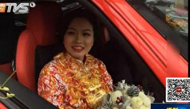 Cô dâu với 5kg vàng đeo trên người.
