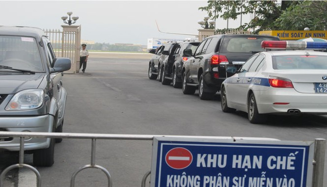 Sáng nay, nhiều xe công vụ xếp hàng vào khu vực đỗ hạ cánh tại cổng An ninh số 1 sân bay Đà Nẵng.