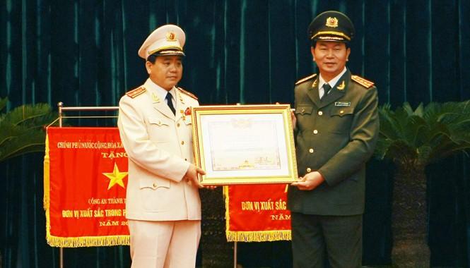 Bộ Trưởng Trần Đại Quang trao tặng Huân chương Chiến công, Huân Chương Bảo vệ Tổ quốc, danh hiệu, bằng khen và cờ thi đua cho Thiếu tướng Nguyễn Đức Chung – Giám đốc Công an Hà Nội và hơn 80 đơn vị, cá nhân có thành tích xuất sắc trong công tác.