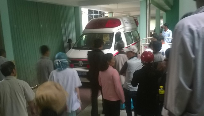 Xe cứu thương chạy thẳng vào khoa Ung bướu.