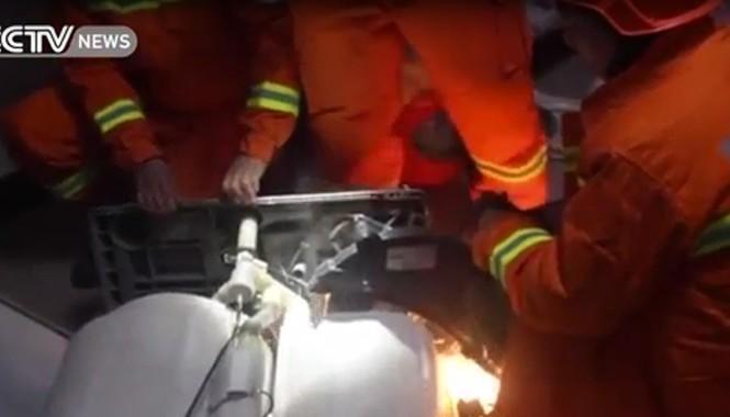 Lính cứu hỏa giải cứu em bé kẹt trong máy giặt suốt một tiếng