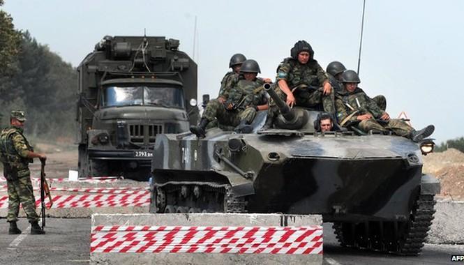 Hàng ngàn binh lính Nga đang đóng quân ngoài biên giới của Nga. Ảnh: BBC.