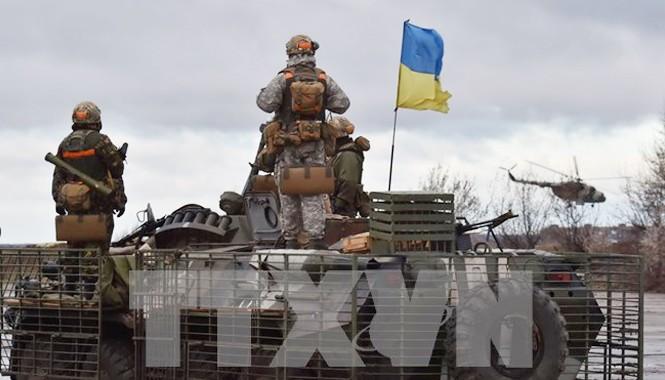 Binh sĩ quân đội Ukraine tuần tra tại thành phố Kramatorsk, vùng Donetsk, miền đông Ukraine ngày 24/12. Nguồn: AFP/TTXVN.
