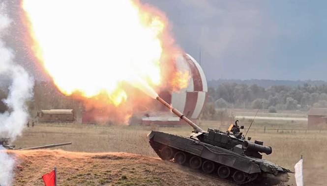 """Xe tăng chiến đấu chủ lực T-80U khai hỏa pháo 125mm với chớp lửa đầu nòng """"khủng""""."""