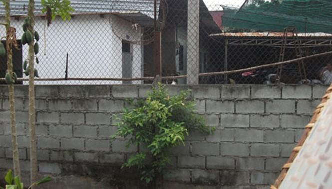 Bức tường rào, nơi Khương trèo qua để tẩu thoát.
