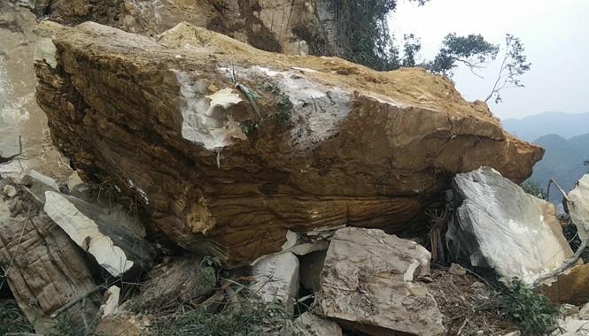 Phiến đá lớn hàng chục tấn này đè lên chiếc xe máy múc khiến nó nát, bẹp giúm.