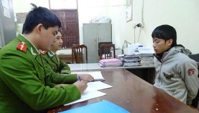 Đối tượng Nguyễn Tiến Dũng khai báo tại cơ quan công an.