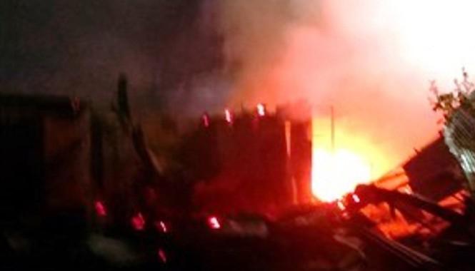 Hơn chục ngôi nhà tại khu vực chợ Thới Bình bị thiêu rụi. Ảnh: Phúc Hưng/ VnExpress