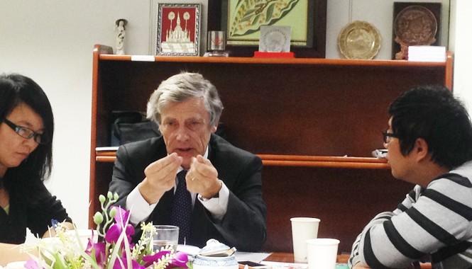 Ông Philippe Suinen (giữa) tại cuộc gặp gỡ báo chí tại Hà Nội.