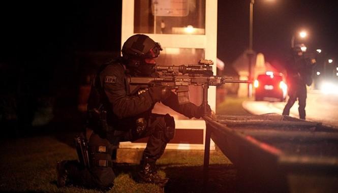 Được sự hỗ trợ của trực thăng trang bị kính nhìn đêm, cảnh sát vũ trang Pháp đang bao vây các khu vực tình nghi ở miền bắc đất nước để truy lùng hai nghi can vụ thảm sát ở thủ đô Paris. Đặc nhiệm vũ trang lập chốt gác ở Fleurym miền bắc Pháp. Ảnh: AP.