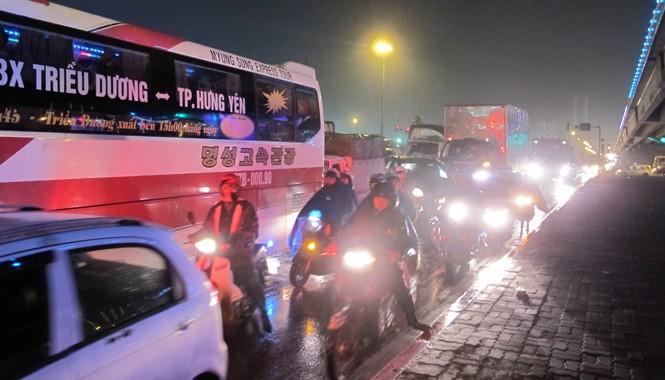 """Hà Nội: Ùn tắc hàng giờ, người dân """"chịu trận"""" trong mưa rét"""