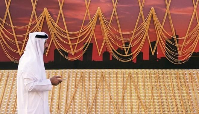 Sợi dây chuyền vàng 5,5 km được trưng bày từ 5/1 đến 8/1 tại Trạm xe buýt cổ RTA, đối diện Trung tâm Gold Centre ở Deira, Dubai. Ảnh: TheNational.