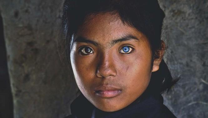Cô bé này sinh sống tại làng gốm Bàu Trúc thuộc xã Phú Quý, huyện Ninh Phước. Em là Thạch Thị Sa Pa (14 tuổi, học sinh lớp 8), con của một cặp vợ chồng người Chăm. Có lúc đôi mắt em ánh lên vẻ u buồn sâu thẳm của người Chăm luôn mang một nổi niềm uẩn khuấ