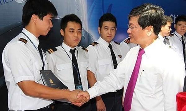 Tổng giám đốc Phạm Ngọc Minh trao bằng tốt nghiệp phi công cơ bản cho các học viên. Hàng năm Vietnam Airlines phải chi những khoản đầu tư đào tạo rất lớn nhưng do trả lương không cao bằng các hãng khác nên ngày càng có nhiều phi công muốn ra đi.